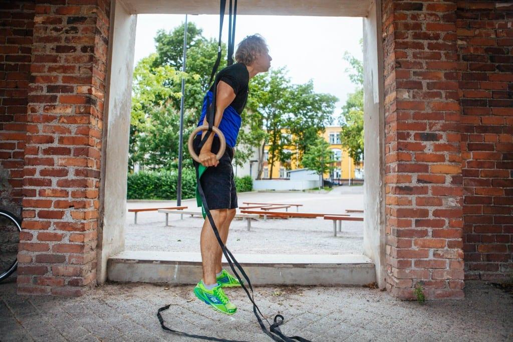 muscle up renkailla vastuskuminauhalla avustettuna, loppuasento