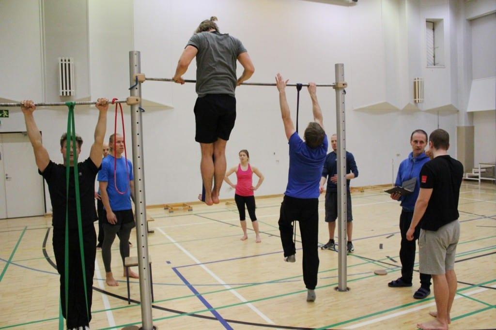 Palomiespunnerrus (muscle up) on haastava liike, jota voi harjoitella helpotettuna vastuskuminauhojen avulla.